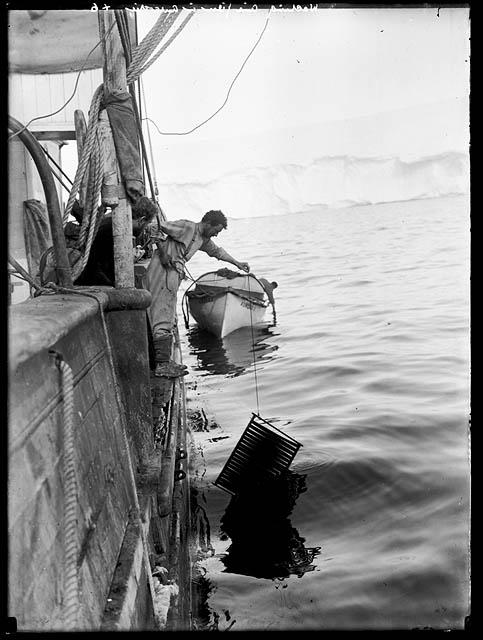 Imagen de fotógrafo lavando negativos en el mar