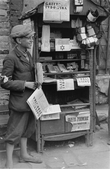 Imagen de  un vendedor de periódicos en el gueto de Varsovia