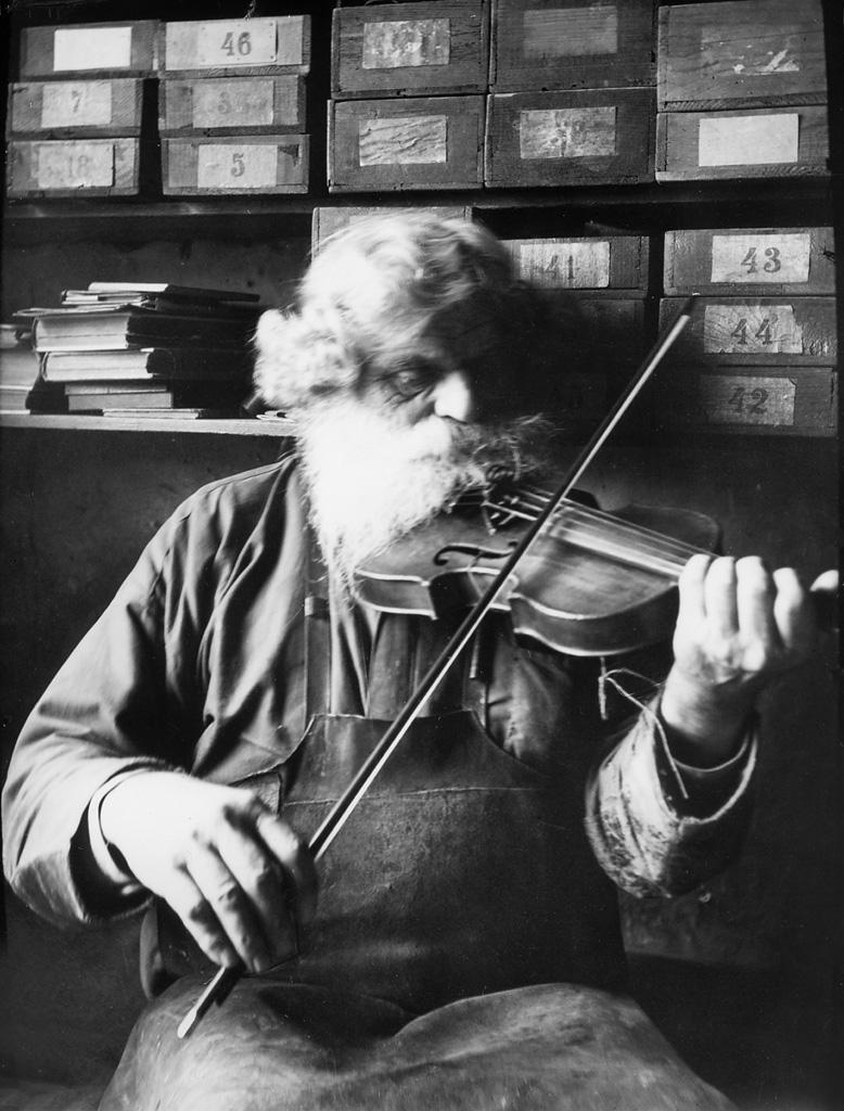 Imagen de un zapatero tocando el violín
