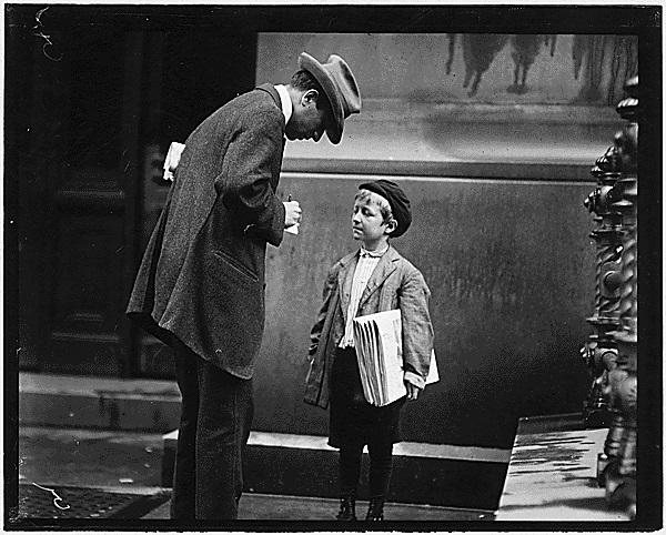 Imagen de un niño vendedor de periódicos