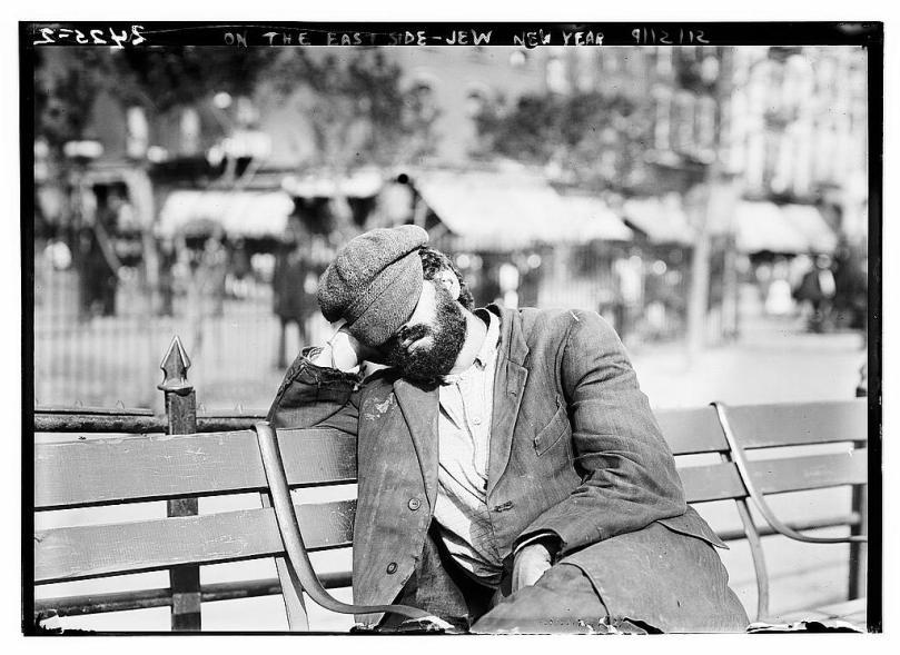 Imagen de un hombre descansando en un banco