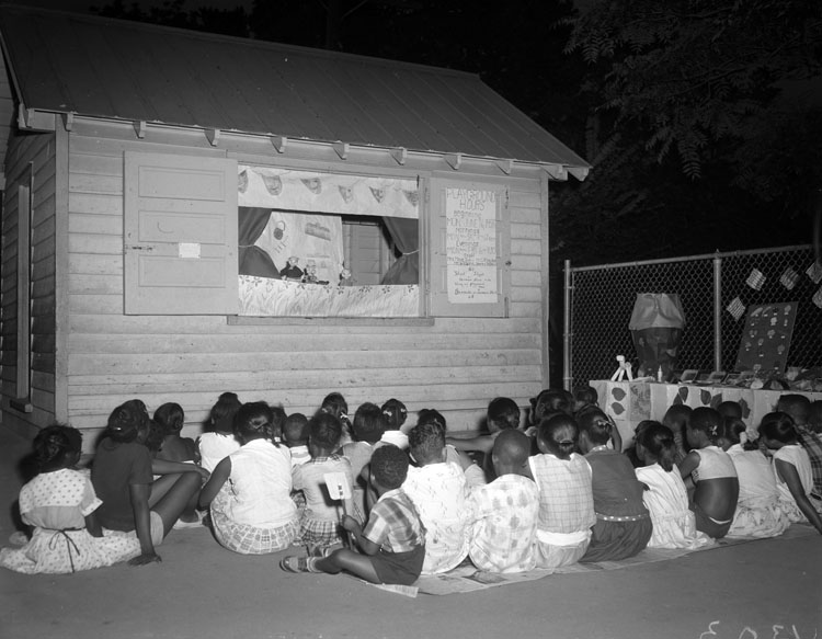 Imagen de niños mirando los títeres
