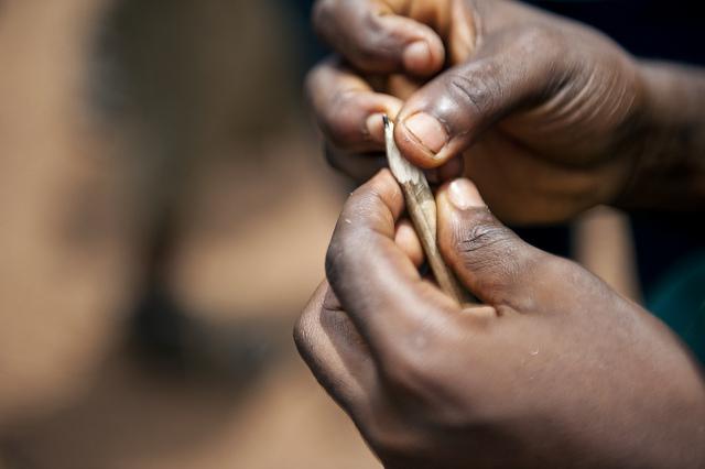 Imagen de manos afilando un lápiz