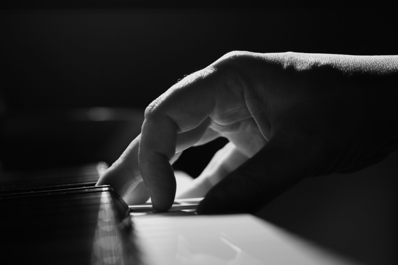 Imagen de dedos tocando el piano