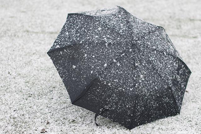 Imagen de un paraguas en la nieve