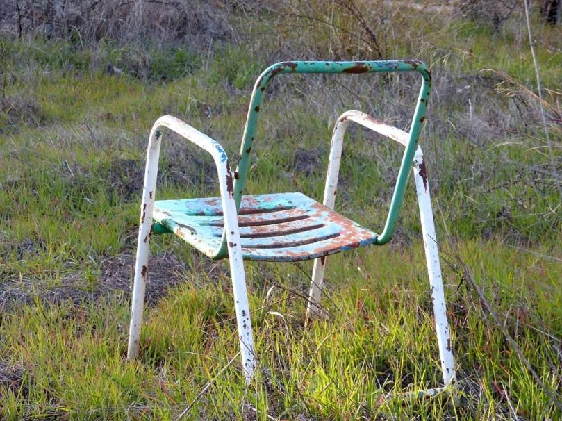 una silla abandonada