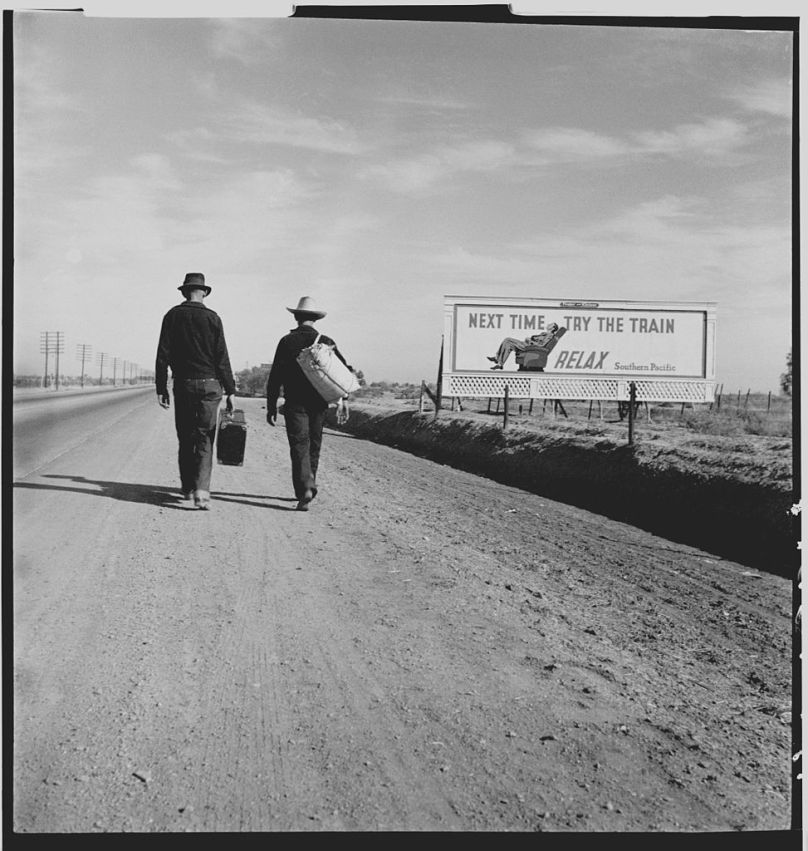 Dos hombres viajan andando en California durante la Gran Depresion